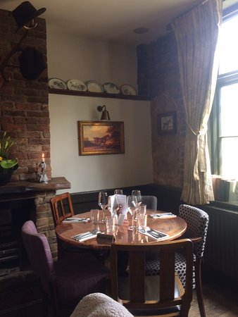 Wrotham Heath, UK: Cosy little table for 5 near the window