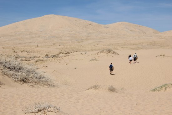 Essex, Califórnia: Kelso Dunes - People make their way in...