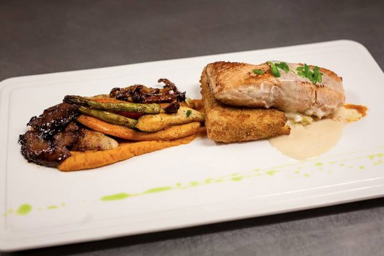 Stoneham-et-Tewkesbury, Canada: Saumon au Parmesan, Polenta & Légumes, offert en repas du soir (Sujet à changement)