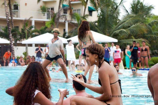 Millennium Resort & Spa: Party in the pool
