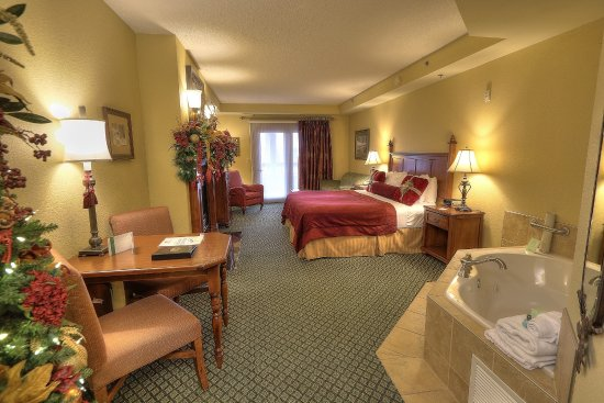 The Inn at Christmas Place: King Bed Mini Suite with Jacuzzi