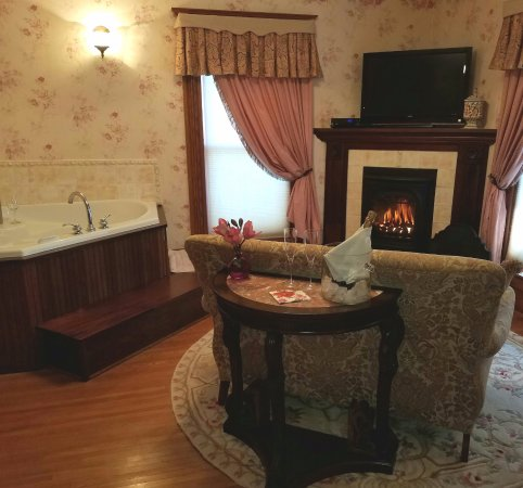 Bella Rose Bed and Breakfast: Enjoy our Ann Eliza Suite with cozy fireplace and two person jacuzzi!