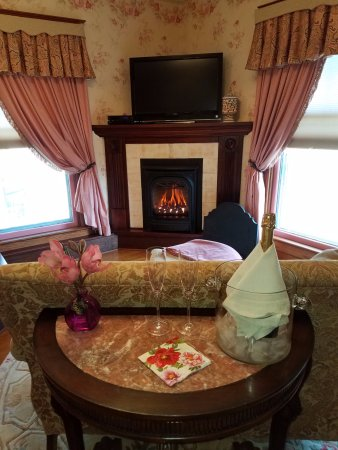 Canandaigua, Nova York: Relax year-round in front of our cozy fireplace in the Ann Eliza Suite