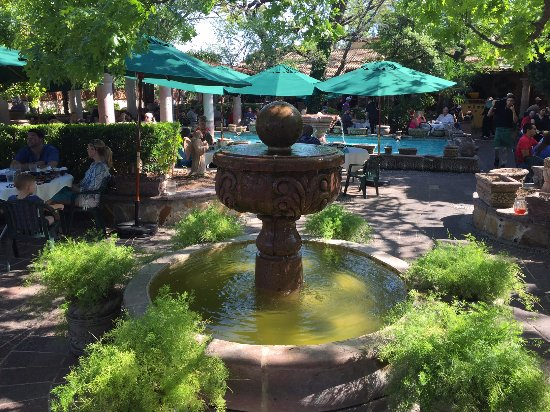 Joe T Garcia's Mexican Restaurant: Fountains add to the charm of the patio.