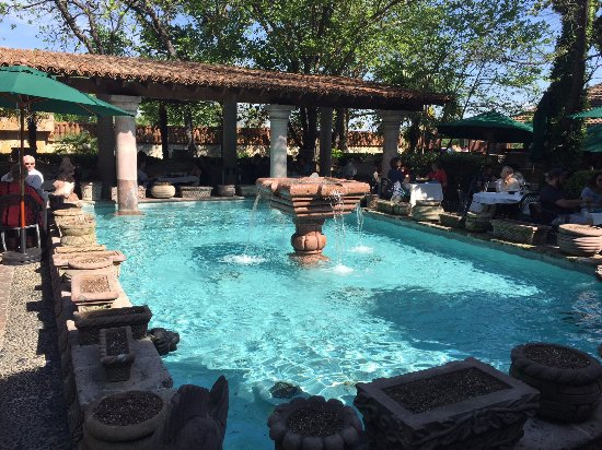 Joe T Garcia's Mexican Restaurant: Fountains provide ambiance.