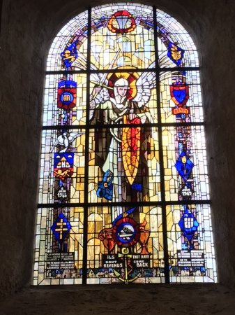 Sainte-Marie-du-Mont, France: The stained glass window in the church
