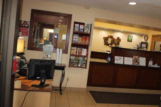 Americas Best Value Inn Grand Forks: Registration Desk