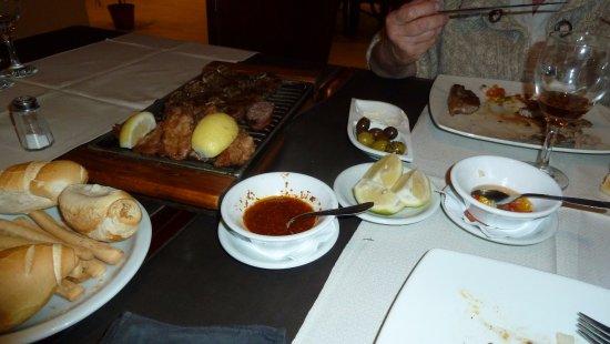 Los Robles Restaurant Parrilla: La tavola con salse