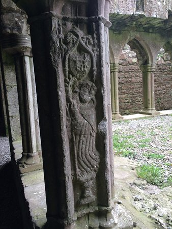 Navan, Irlanda: Be sure to look for this one figure carved along the cloister