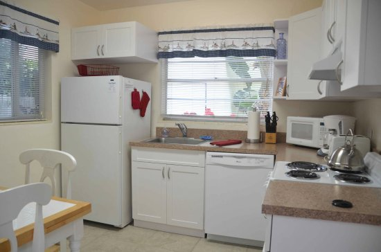 Cottages by the Ocean: Queen Studio has full eat-in kitchen with dishwasher