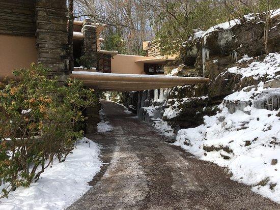 Mill Run, Pensilvanya: Approach to front door