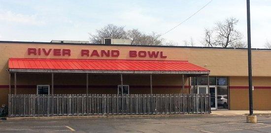 Des Plaines, IL: front of & entrance to River Rand Bowl