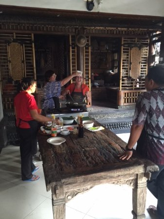 Tuban, Indonesië: Even fellow travellers help out with the cooking - thanks Jen and Kevin for making the class fun