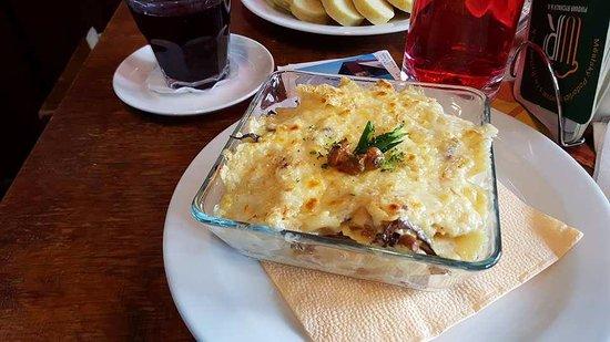 Pec pod Snezkou, Tschechien: zapečené těstoviny s liškami