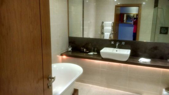 Athlone, Ireland: Huge bathroom