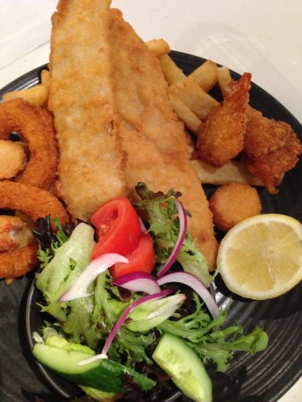 Bankstown, Avustralya: Fisherman's Basket with chips and salad