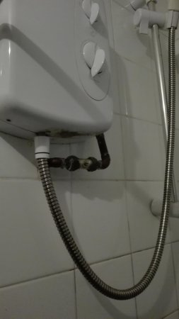 Cemaes Bay, UK: Filthy shower cubicle, grout mouldy rusty shower pipes. Small towels