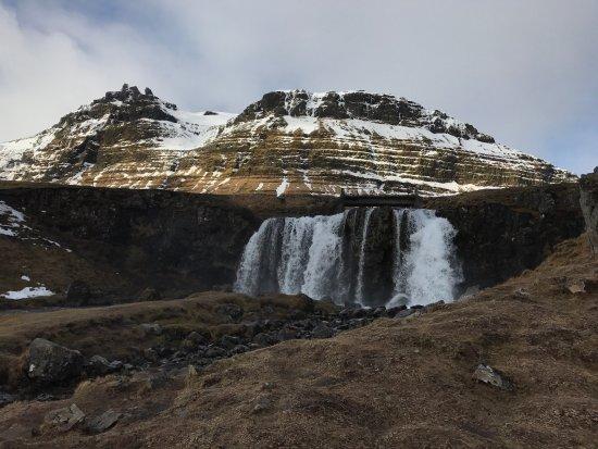 Grundarfjorour, Islandia: Als het weer mee zit heb je een prachtig zicht rondom deze waterval. In Grundarfjördur is niet z
