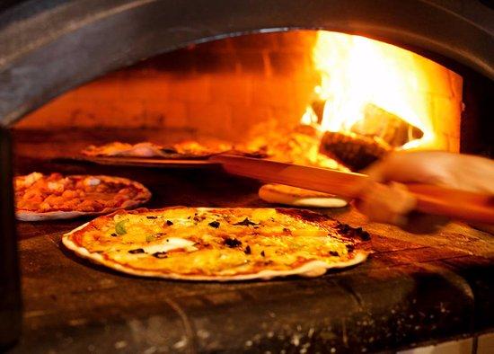 Vanersborg, Sweden: Provence pizzor bakade i vedeldad stenugn
