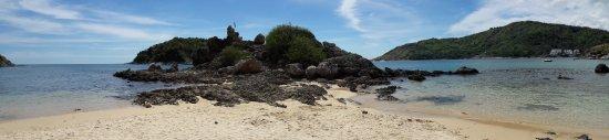 Раваи, Таиланд: Jolie plage, bon snorkeling autour du rocher qui sépare la plage