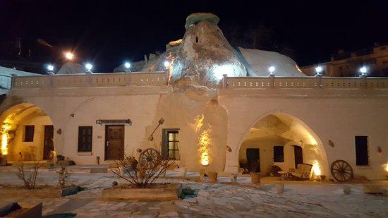 Ortahisar, Tyrkia: vista nocturna del hotel