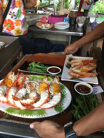 Baan Rabiang Nam or River Tree House : Very packed  no place at 6pm, decided go next door for local food, also good view at quater the