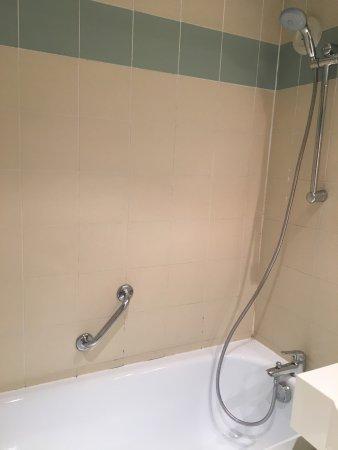 Rouilly Sacey, France: Salle de bain vétuste indigne d un 4 étoiles idem pour les wc