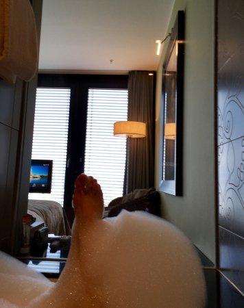 Hyatt Regency Dusseldorf: Blick aus der Badewanne, 12 Stock