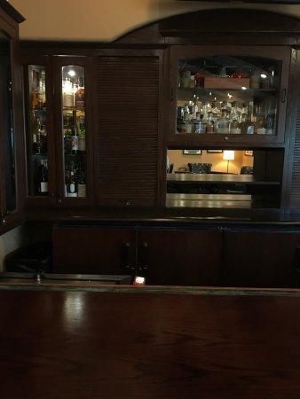 Rancho Santa Fe, Californien: Spacious rooms, beautiful gardens and landscaping, whiskey bar and cigar selection