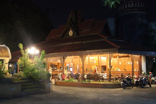 Chang Puak Hotel: Bright and welcoming in the evening.  We sat and chatted with the owner after our late stroll.