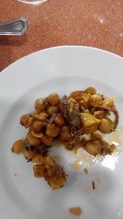 Kichererbsen Eintopf und Atun Empanada, beide auf Gourmet Niveau
