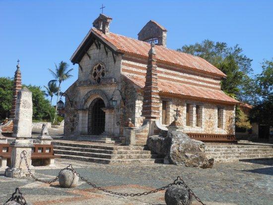 Altos de Chavon: La chiesa sulla piazzetta