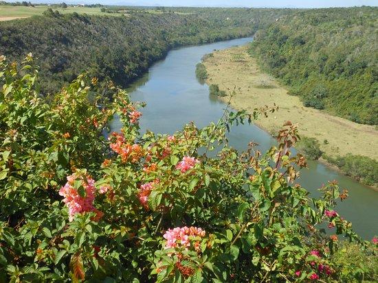Altos de Chavon: Il fiume Chavon visto dal paese