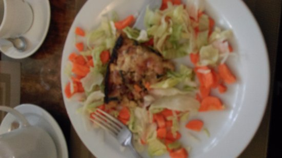 Йол, Ирландия: Raw chopped carrots around an oily quiche which resembled a pizza slice, couldn't eat it.