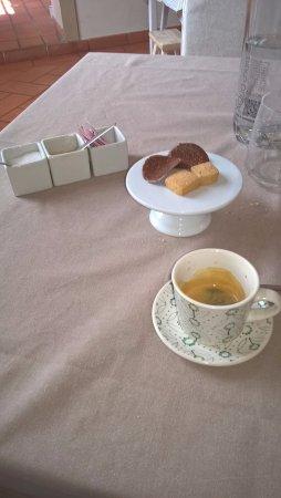 Ponte San Giovanni, Włochy: Caffè con biscottini al mandarino e sfoglie di cioccolato
