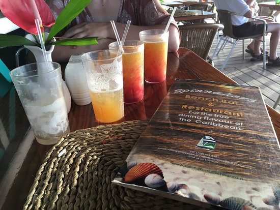 Spinnakers Beach Bar & Grill: Happy hour at Spinnakers--great cocktails 2/1, comfortable lanai patio, delicious food, paradise