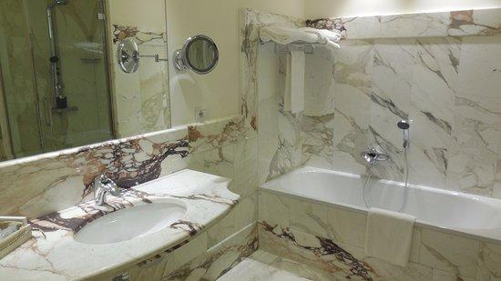Bagno con vasca e doccia con cromoterapia - Picture of Hotel ...