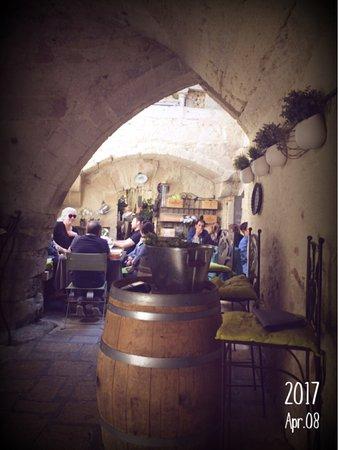 Le Bec à vin: Entrée côté jardin