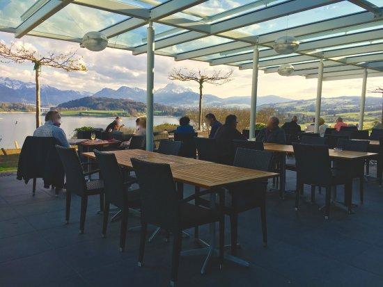 Avry-devant-Pont, Schweiz: Vue depuis la terrasse sur le lac de Gruyère
