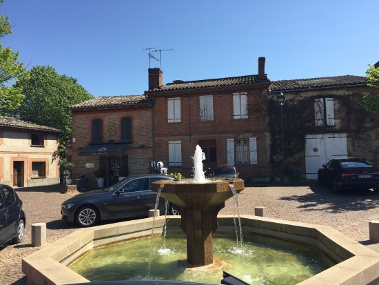 Rouffiac-Tolosan, Frankrike: la facade extérieure donnant sur la jolie place des Ormeaux