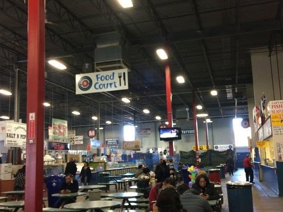 Pickering, Kanada: High ceiling in food court
