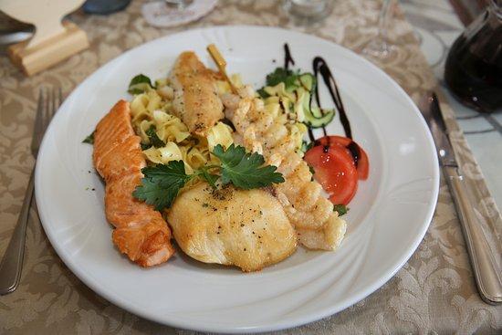 Bexbach (DE). Hotel-Restaurant Krone. Fischteller (Assiette de 3 poissons, tagliatelle et légume