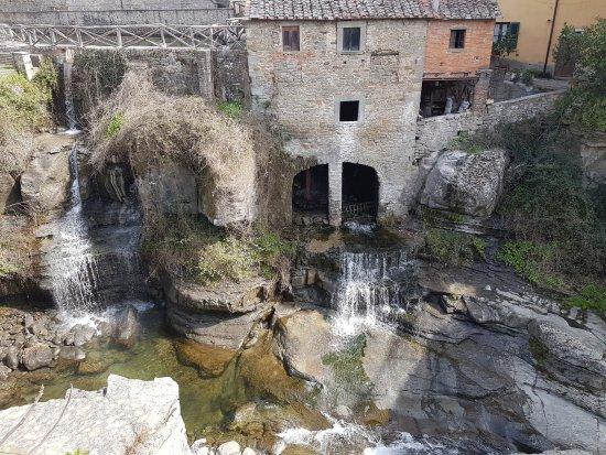Loro Ciuffenna, Italia: Il mulino visto dalla strada di fronte