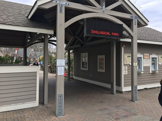 Paramus, NJ: Entrance and train ride