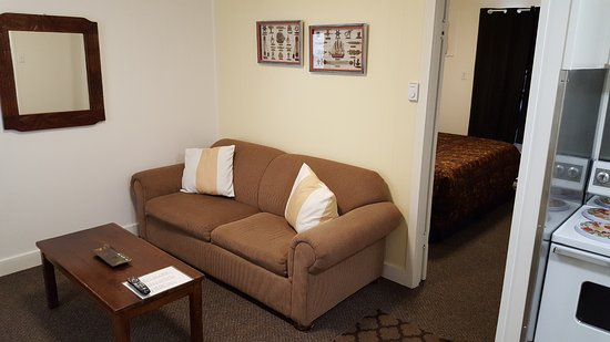 Creston Valley Motel: suites have living room