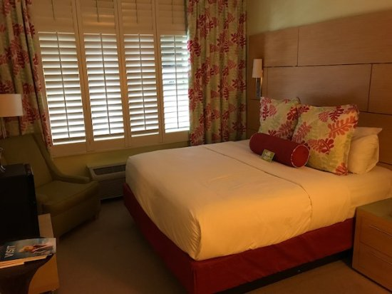 Bay Harbor Islands, FL: Small room, outdated decor