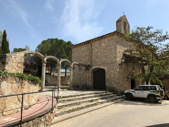 Cifuentes, Spain: Arcadas del hospital, con la ermita al fondo.