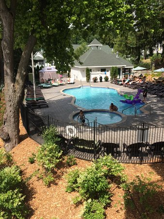 Victorian Village Resort: The view of the pool from the balcony