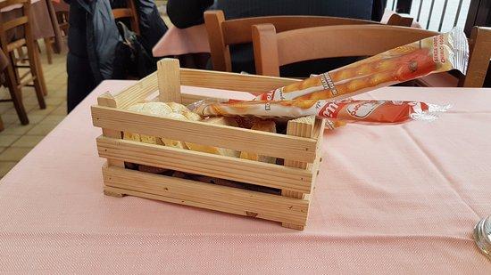 Porto Ceresio, Italy: cestino del pane