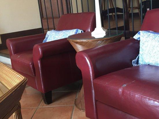 Reserva Conchal Beach Resort, Golf & Spa: sillones rotos y viejos